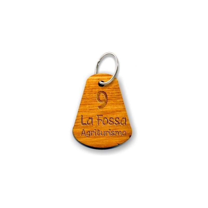 Portachiavi in legno dalla forma maneggevole personalizzato con incisione laser indelebile.